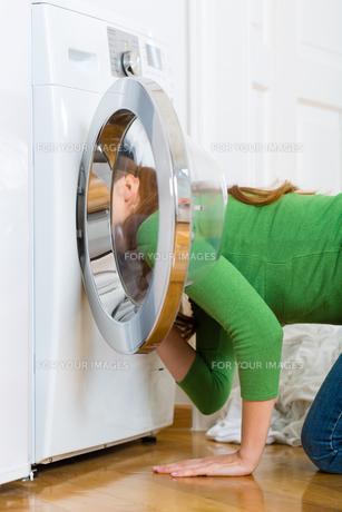 housewife with washing machineの素材 [FYI00876021]