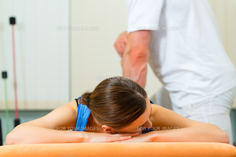 patient at the physiotherapyの素材 [FYI00876057]