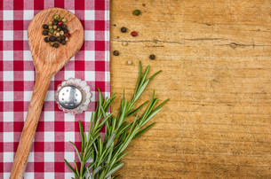 rustic wooden background with checked tablecloth and wooden spoonの写真素材 [FYI00876211]
