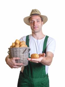 friendly gardener showing his potatoの写真素材 [FYI00876256]