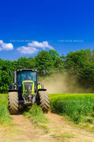 tractor with balerの写真素材 [FYI00876338]