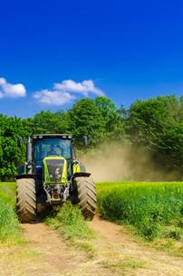 tractor with balerの素材 [FYI00876338]
