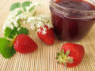 jam with strawberries and elderflowerの素材 [FYI00876360]