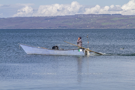 fishing boat on lake bolsenaの素材 [FYI00876408]