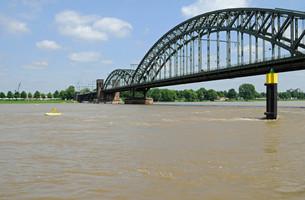 railway bridge over the rhineの写真素材 [FYI00876506]