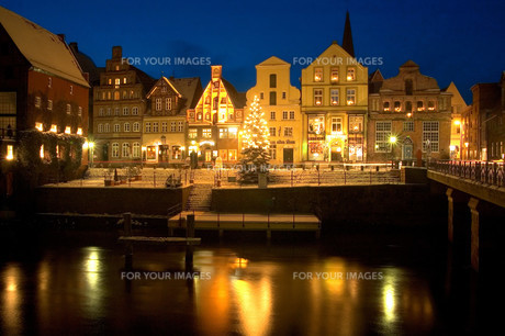 hanseatic town of l?neburg,old port with christmas treeの写真素材 [FYI00877158]