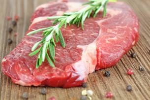 fresh beef steakの写真素材 [FYI00877504]