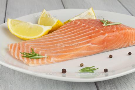delicate salmon filletの写真素材 [FYI00877505]