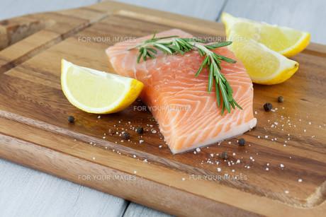 fresh salmonの写真素材 [FYI00877523]