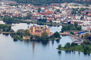 schwerin castle and the city center from the balloonの写真素材 [FYI00877631]