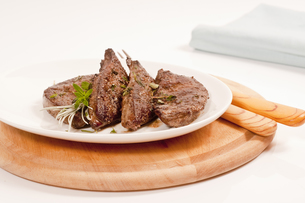served fried liver on plateの写真素材 [FYI00877739]