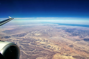 flight over egyptian desertの写真素材 [FYI00877953]