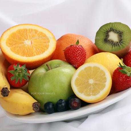 plate of fresh fruitの写真素材 [FYI00878292]