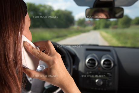 phone while drivingの写真素材 [FYI00878334]