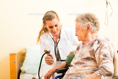 age and nursing - nurse and a senior in the nursing homeの素材 [FYI00878686]