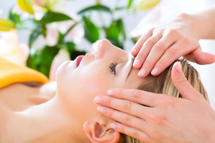 wellness - woman receiving head massage in spaの写真素材 [FYI00878702]