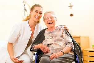 age and care - nurse and a senior citizen retirement homeの写真素材 [FYI00878708]