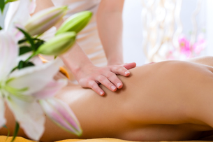 wellness - woman receiving back massage in spaの写真素材 [FYI00878733]