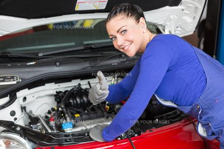 car mechanic repairing a carの写真素材 [FYI00879377]