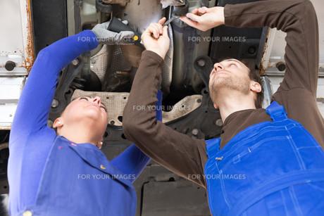car repair mechatronics repair vehicle on liftの写真素材 [FYI00879385]