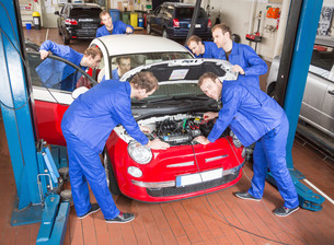 car mechanic in workshop for the repair of a carの素材 [FYI00879413]