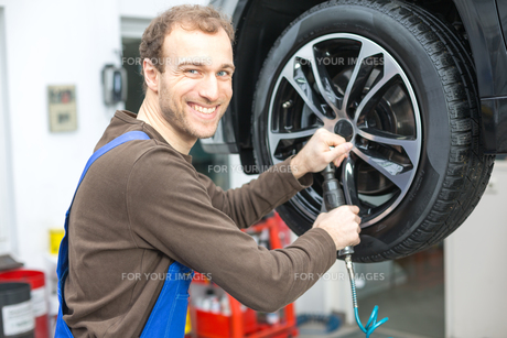 auto mechanic when changing tires to liftの写真素材 [FYI00879425]