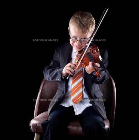 child playing violinの写真素材 [FYI00879660]