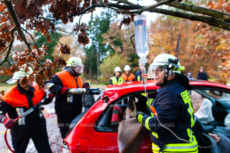 accident - fire rescue accident victims from carの写真素材 [FYI00879860]