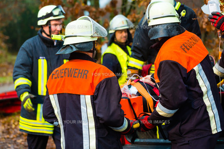 accident - fire ventilated victim to toteの写真素材 [FYI00879865]