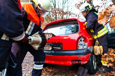 accident - fire rescue accident victims from carの写真素材 [FYI00879869]
