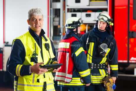 firemen - use planning on tablet computerの写真素材 [FYI00879879]