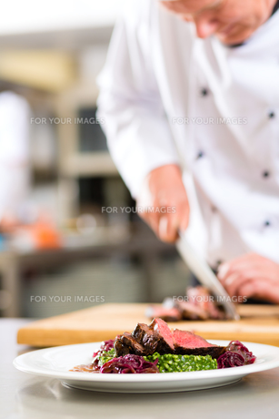 cook,pastry chef,in restaurant kitchenの写真素材 [FYI00879917]