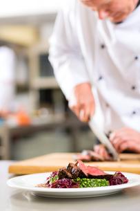 cook,pastry chef,in restaurant kitchenの写真素材 [FYI00879917]