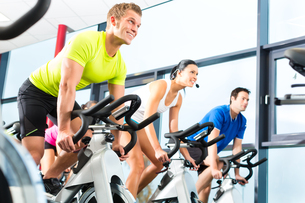 people at spinning at a gymの写真素材 [FYI00879923]