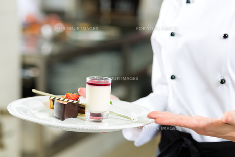 cook,pastry chef,in restaurant kitchenの写真素材 [FYI00879924]