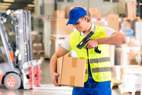 warehouse of freight forwarding scan package in a warehouseの写真素材 [FYI00879954]