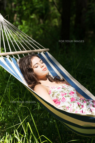 young woman sleeping in a hammocの写真素材 [FYI00879986]