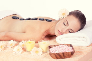 young attraktve woman gets a hot stone massageの写真素材 [FYI00880166]