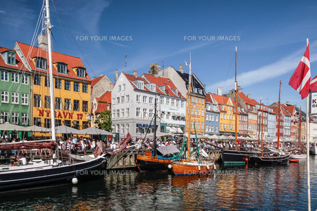 old boats and colorful houses in nyhavn in copenhagenの写真素材 [FYI00880398]