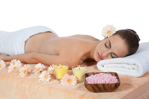 young attraktve woman gets a hot stone massageの写真素材 [FYI00880825]