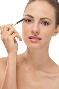 eye makeup with brown eyeshadow portraitの写真素材 [FYI00880828]
