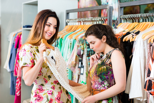 young women shopping in store or boutiqueの写真素材 [FYI00882039]
