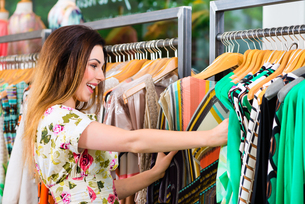 young woman shopping in store or boutiqueの写真素材 [FYI00882041]