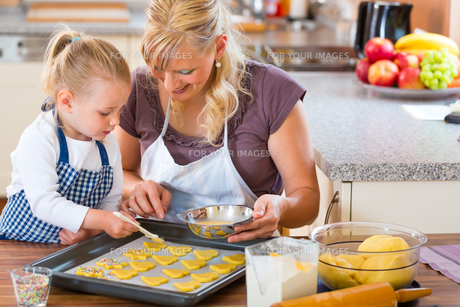 mother and daughter baking togetherの写真素材 [FYI00882055]