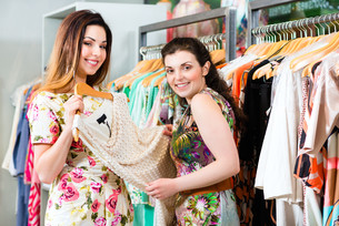 young women shopping in store or boutiqueの写真素材 [FYI00882070]