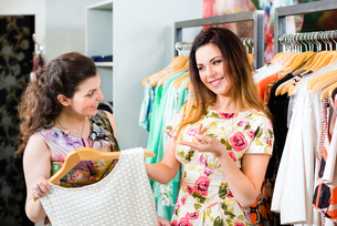 young women shopping in store or boutiqueの写真素材 [FYI00882071]