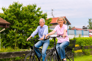 seniors playing sports with bicycleの素材 [FYI00882686]