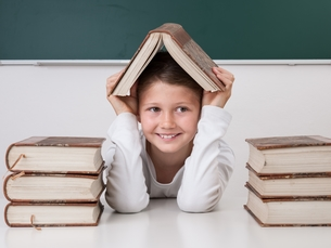 schoolgirl with bookの写真素材 [FYI00882732]