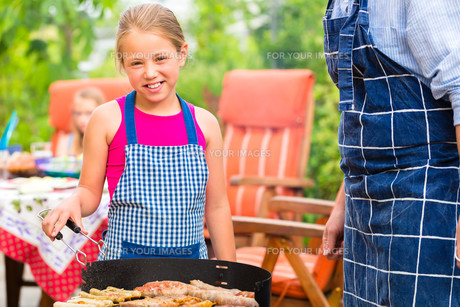 cookout with family in the garden in front of houseの写真素材 [FYI00882744]