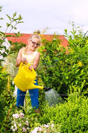 happy child pours flowers in the gardenの写真素材 [FYI00882763]
